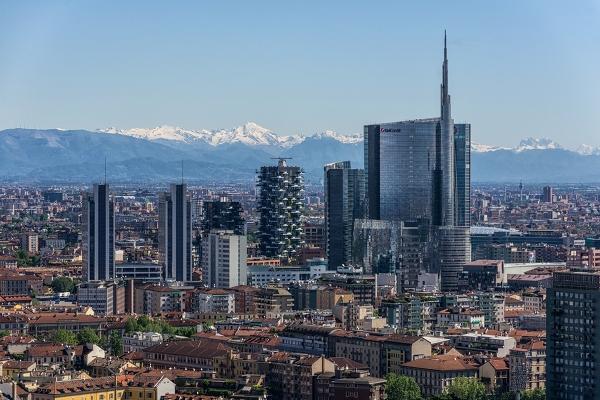 Grattacieli di milano con le alpi paesaggio urbano - Da porta garibaldi a milano centrale ...