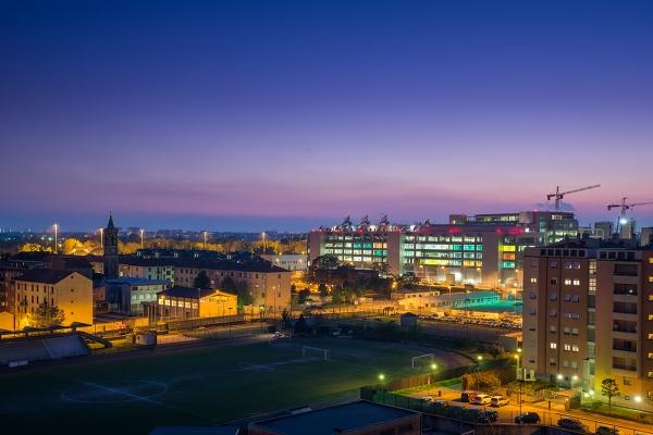 Uffici sky di rogoredo al tramonto paesaggio urbano - Immagini di uffici ...