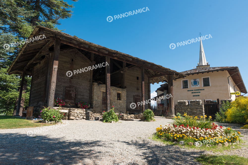 granaio castello di introd architettura paesaggio
