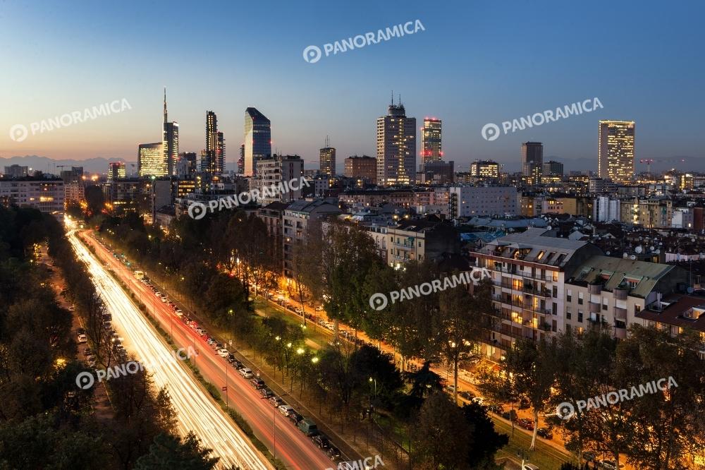 Traffico e luci dei grattacieli