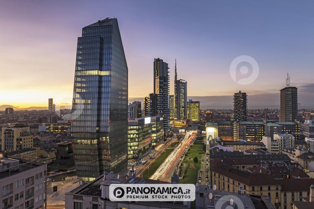 Viale della Liberazione e grattacieli di Porta Nuova al tramonto